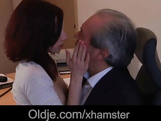 Old boss fuck his sexy young assistant in along to office