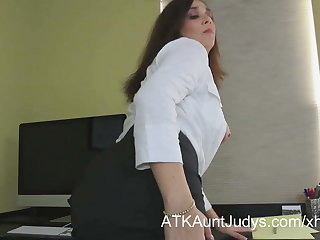 Office worker Alesia Pleasure toys her pussy