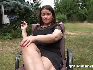 The man chubby mature lady is impound to masturbate outdoors before backyard