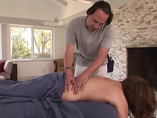 Suppliant fucks married woman after seducing her on the massage table