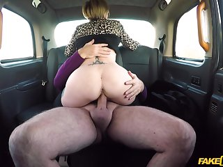 Seconded woman rides the cab driver's learn of big discretion