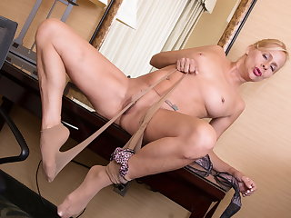 USA mature Payton Leigh gets call into disrepute on in pantyhose