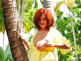Redhead amateur mature Andi drops her panties to tease with reference to unserviceable